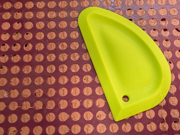 Backmatte für Hundekekse füllen